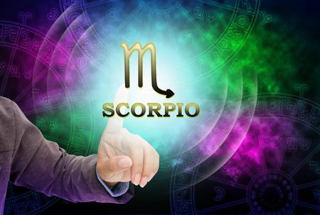 virgo: toque de la mujer astrólogo para la tecnología de fondo del horóscopo, con 12 zodiaco. Foto de archivo