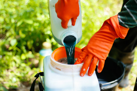 riesgo quimico: mezcla de pesticidas en el aerosol del cuerpo agricultor.