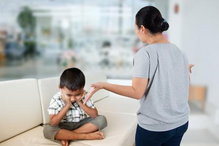 irrespeto: Emoción negativa de los padres reprenden al niño, el concepto de problema familiar. Foto de archivo