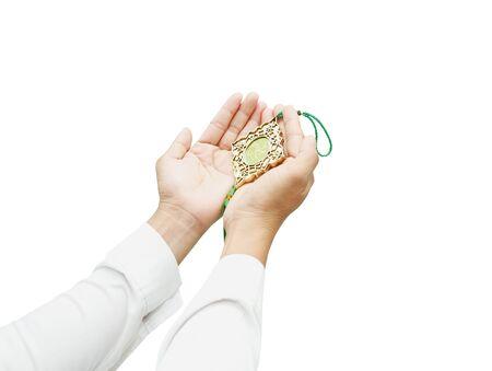 vangelo aperto: Mani umane pregando su sfondo bianco con percorso di clipping. La parola è incantesimo Allah significa Dio dell'Islam Archivio Fotografico