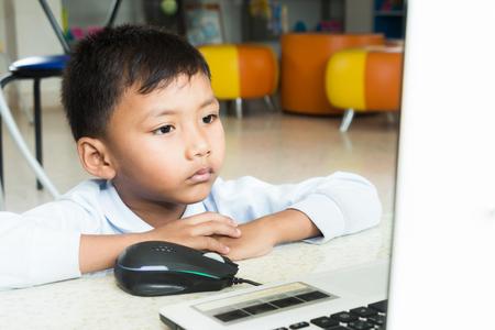 a boy enjoy with computer. 版權商用圖片