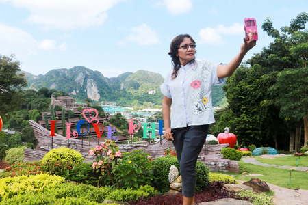 10-August , 2017, Krabi, Thailand;A women is selfie she photo with smartphone mobile at view Point bay Koh Phi Phi Don in andaman sea,Popular tourist attractions of Thailand and foreign countries. 報道画像