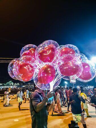 Globos rojos dentro de globos transparentes.Decoraciones navideñas.