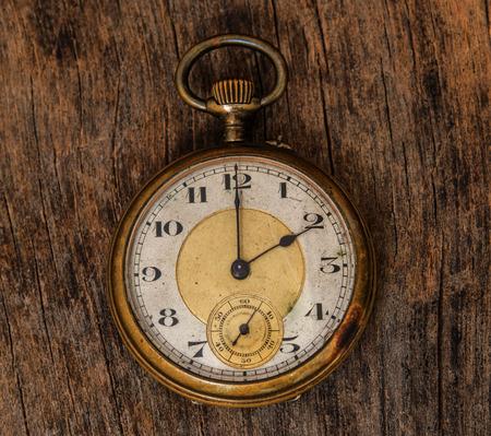 reloj antiguo: viejo reloj de la vendimia en el fondo de madera