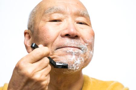Senior Japanese shave one's beard Stockfoto