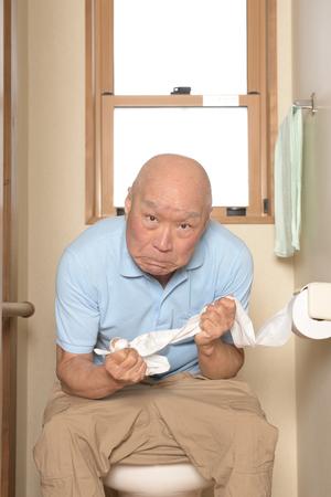 Senioren hebben last van constipatie op het toilet