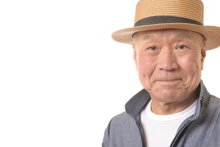 Senior smiles and straw hat 写真素材 - 117777379