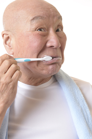 Senior Japanese brush your teeth Banque d'images - 118988656