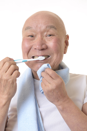 Senior Japanese brush your teeth Banque d'images - 118988658