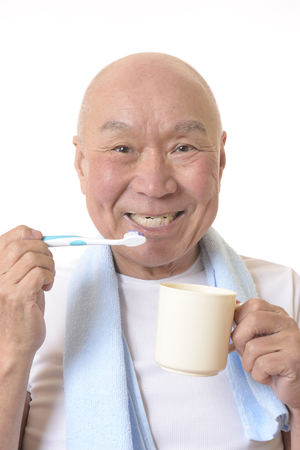 Senior Japanese brush your teeth Banque d'images - 118988657