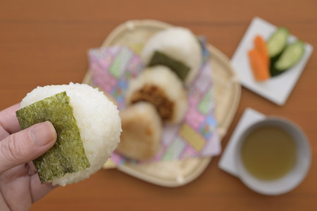 Womans hand and Japanese rice balls Stockfoto