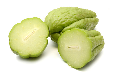 Chayote op witte achtergrond