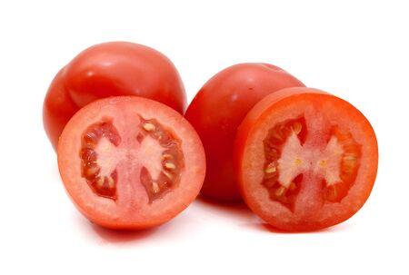 pomodori roma italiani freschi e colorati e uno tagliato su sfondo bianco