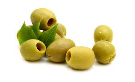 Grüne in Essig eingelegte Oliven isoliert auf weißem Hintergrund in Nahaufnahme. Standard-Bild