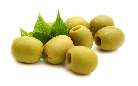 Le olive verdi denocciolate si chiudono sul bianco