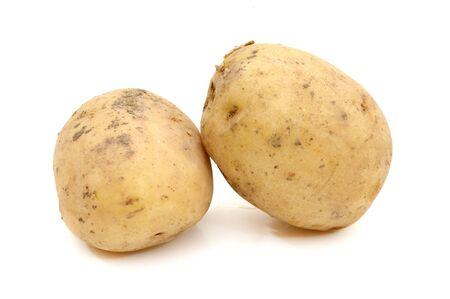 Gesneden aardappel en een half geïsoleerd op witte achtergrond Stockfoto