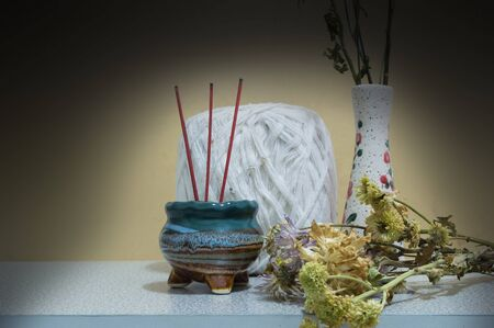 incienso: Todav�a crisantemo vida e incienso Foto de archivo