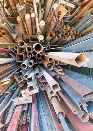 scrap metal: Mucchi di arrugginito rottami metallici