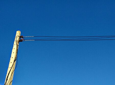 telegrama: Despu�s de la electricidad y el cielo azul de fondo Foto de archivo