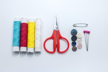 kit de costura: Kit de costura botones perno de seguridad de la aguja y el hilo Pin tijeras