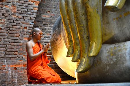 chanting: Monk chanting Buddha