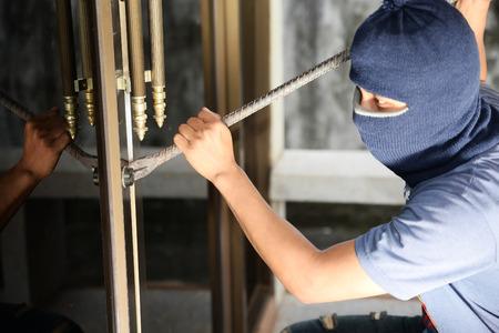 looting: Dangerous burglar