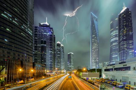 Storm in Shanghai. Slecht weer over de skyline van de stad.