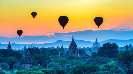 Hot air balloon over pagodas at Bagan, Myanmar 版權商用圖片