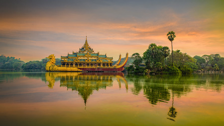 Karaweik palace Yangon Myanma Reklamní fotografie - 129280631
