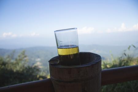 relent: bicchiere di birra con gocce su montagna Archivio Fotografico