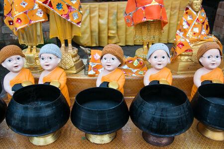 limosna: monje es cuenco de las limosnas