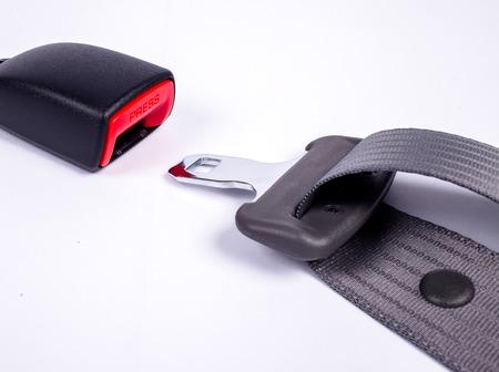 cinturon de seguridad: Enfoque a PRESIONE cintur�n de seguridad .Opened. Todo sobre fondo blanco.