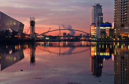 Een mooie roze hemel bij de Salford Quays afbeelden van Millennium Bridge, Imperial War Museum en Lowry