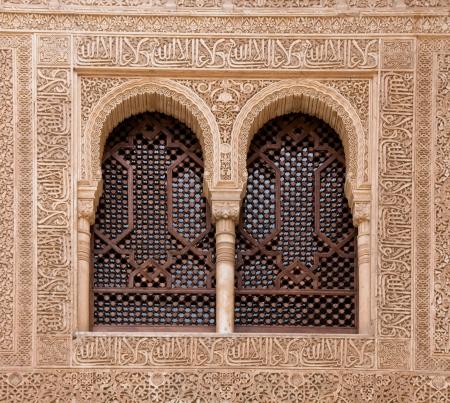 arcuate: Una finestra ad arco inscritto con le dichiarazioni del Corano a Alhambra di Granada Spagna