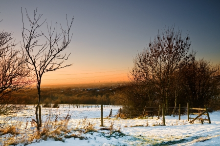View of Manchester from high view point at Ashton Under Lyne  Landscape with sunset and snow  Foto de archivo