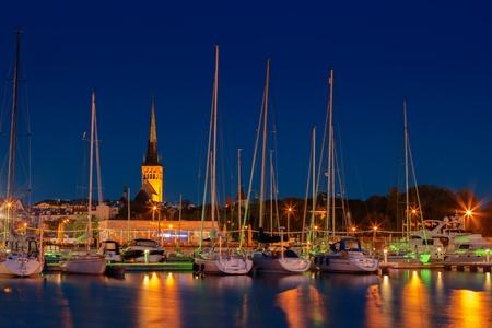 Zicht op de kerk St Olaf's van zeehaven van Tallinn, hoofdstad van Estland Redactioneel
