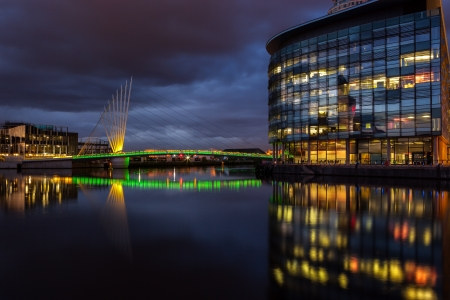 lowry: Foot bridge linking BBC media city and Imperial War museum at the Salford Quays, Manchester