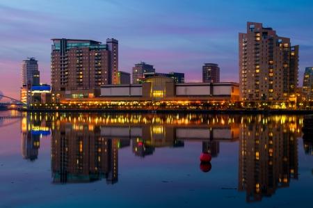 Reflectie van Manchester, Salford Quays skyline in het water Stockfoto