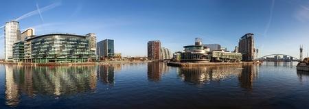 Panoramisch uitzicht op Salford Quays Manchester, met BBC Manchester, Media City en Lowery theater allemaal samen. Stockfoto