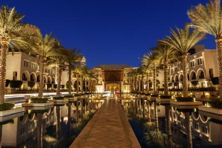 Een Arabische verbinding in Dubai lijn met palmbomen