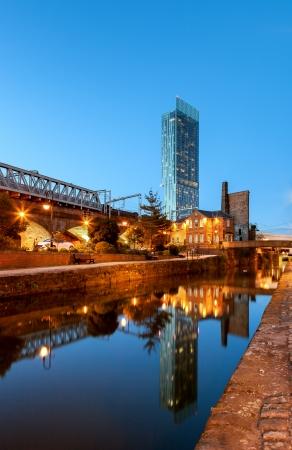 Beethom toren het hoogste gebouw in Manchester weerspiegelt in grachten van Manchester