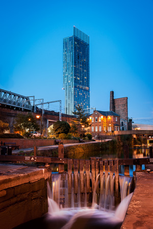 View of Beetham tower in Manchester from Castlefield and Roachdale canal  Foto de archivo