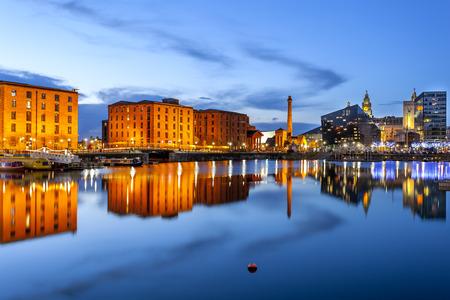Liverpool waterkant skyline met zijn beroemde gebouwen zoals Pierhead, Albert Dock, zout huis, ferry terminal etc Redactioneel