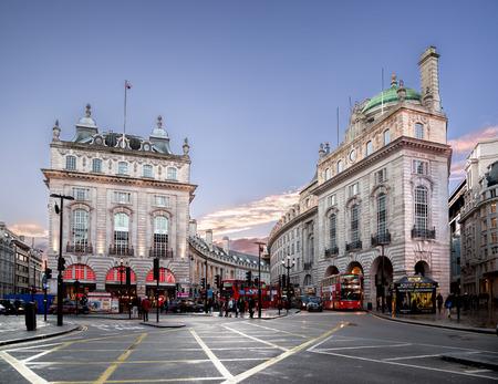 Piccadilly Circus is een kruispunt en de openbare ruimte van Londen