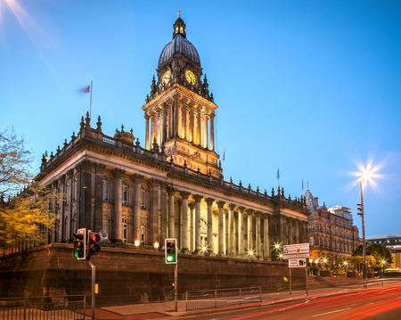 Gothich 스타일 아키텍처를 나타내는 리즈 잉글랜드의 도시 중심에 리즈 타운 홀
