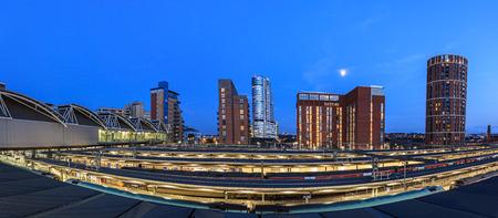 Leeds stad skyline van de moderne architectuur en de sporen op de voorgrond, Leeds, Engeland