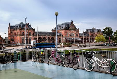 groningen: Het treinstation van Groningen is een prachtig gebouw gelegen in Groningen, de hoofdstad van gelijknamige provincie van Nederland.
