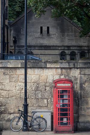 cabina telefonica: Cabina de tel�fono roja en un s�mbolo ic�nico de la herencia brit�nica y una vieja bicicleta de en las calles de Oxford Inglaterra.