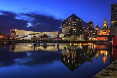 Liverpool docks en de waterkant, met Liverpool museum op de skyline.