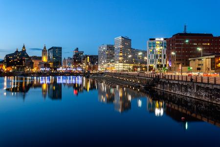 Skyline z doków Liverpoolu, który jest piękny atrakcją turystyczną, Liverpool, Anglia.